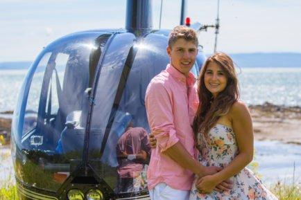 Jeune couple devant hélicoptère